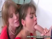 Мама учит дочь ласкать себя